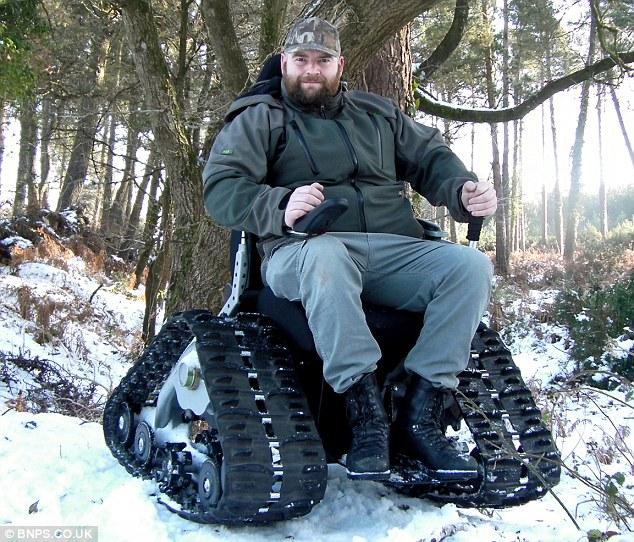 塔客文創交流協會 187 真人鋼坦克 履帶式輪椅戰車 上山下海不成問題
